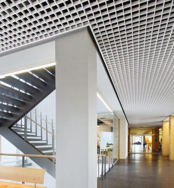 Фотография грильято потолка в офисе
